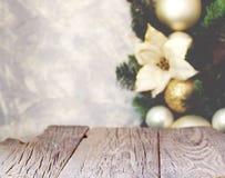 Fondo de la Navidad con los tableros de madera y las decoraciones de la Navidad, foco borroso, selectivo Fotos de archivo