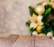 Fondo de la Navidad con los tableros de madera y las decoraciones de la Navidad, foco borroso, selectivo Foto de archivo libre de regalías