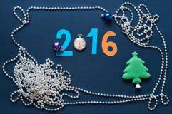 Fondo de la Navidad con números, los relojes de bolsillo y la raspa de arenque Foto de archivo libre de regalías