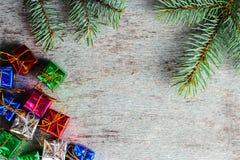 Fondo de la Navidad con pequeños regalos y una rama de un Christma Fotografía de archivo