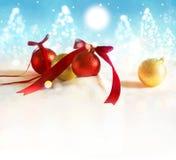 Fondo de la Navidad con rojo y chuchería del oro en fondo azul Fotografía de archivo