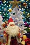 Fondo de la Navidad con Santa Claus y las luces borrosas Foto de archivo libre de regalías