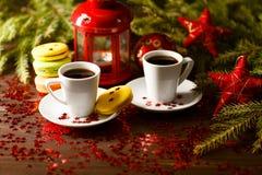 Fondo de la Navidad con un jarro, galletas del jengibre y una naranja secada Imagen de archivo libre de regalías