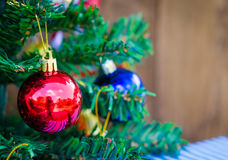 Fondo de la Navidad con un ornamento rojo foto de archivo