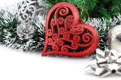 Fondo de la Navidad con un ornamento rojo del corazón Foto de archivo libre de regalías