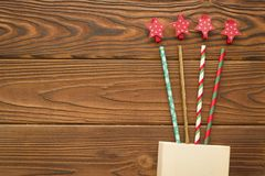 Fondo de la Navidad con una caja, la paja y los clips de la estrella Imagenes de archivo