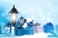 Fondo de la Navidad con una linterna y los presentes Fotografía de archivo libre de regalías