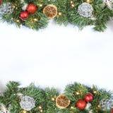 Fondo de la Navidad con la vista superior de la guirnalda, de decoraciones y del sn imagen de archivo