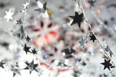 Fondo de la Navidad de copos de nieve y de estrellas brillantes Fotografía de archivo libre de regalías