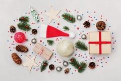 Fondo de la Navidad de la caja de regalo, del árbol de abeto, del cono de la conífera y de las decoraciones del día de fiesta en  Fotos de archivo libres de regalías