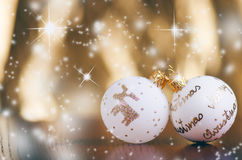 Fondo de la Navidad, decoración y ramas spruce Bolas de la Navidad en un fondo blanco Foco suave Chispas y burbujas abs Imagen de archivo