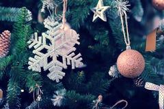 Fondo de la Navidad del Año Nuevo con las decoraciones del árbol de navidad Imágenes de archivo libres de regalías