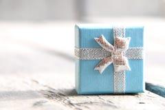 Fondo de la Navidad del Año Nuevo o del día de fiesta con una caja de regalo Fotos de archivo