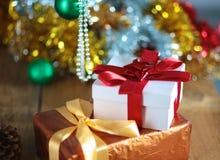 Fondo de la Navidad del oro de luces de-enfocadas con el árbol adornado Fotos de archivo libres de regalías