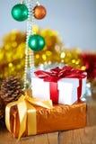 Fondo de la Navidad del oro de luces de-enfocadas con el árbol adornado Imagenes de archivo