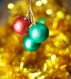 Fondo de la Navidad del oro de luces de-enfocadas con el árbol adornado Fotos de archivo