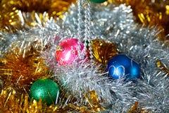 Fondo de la Navidad del oro de luces de-enfocadas con el árbol adornado Fotografía de archivo