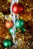 Fondo de la Navidad del oro de luces de-enfocadas con el árbol adornado Foto de archivo libre de regalías