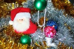 Fondo de la Navidad del oro de luces de-enfocadas con el árbol adornado Imágenes de archivo libres de regalías