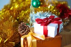 Fondo de la Navidad del oro de luces de-enfocadas con el árbol adornado Imagen de archivo libre de regalías
