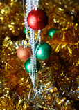 Fondo de la Navidad del oro de luces de-enfocadas con el árbol adornado Fotografía de archivo libre de regalías