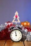 Fondo de la Navidad del oro de luces de-enfocadas con el árbol adornado Imagen de archivo