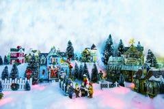 Fondo de la Navidad del paisaje miniatura del invierno con los niños fotografía de archivo