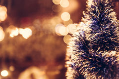 Fondo de la Navidad del vintage con el árbol de navidad en estilo retro con resplandores fotos de archivo libres de regalías