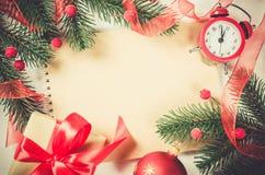 Fondo de la Navidad del vintage con el reloj Foto de archivo