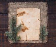 Fondo de la Navidad del vintage con las ramas del abeto y las formas en blanco Imagenes de archivo