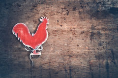 Fondo de la Navidad del vintage con un gallo del juguete teñido el top compite Imagen de archivo libre de regalías