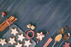 Fondo de la Navidad en blanco y rojo en la madera oscura Imagenes de archivo