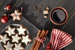 Fondo de la Navidad en blanco y rojo en la madera oscura Fotos de archivo