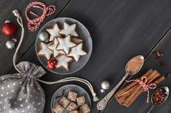 Fondo de la Navidad en gris, blanco y rojo en la madera oscura Imágenes de archivo libres de regalías