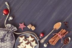 Fondo de la Navidad en gris, blanco y rojo en la madera oscura Imagenes de archivo