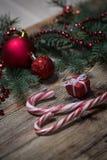 Fondo de la Navidad en los tableros de madera Fotos de archivo