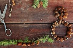 Fondo de la Navidad en los viejos tableros de madera con el elemento decorativo en la forma de un cuadro ocho, de las tijeras ant Imagen de archivo