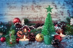 Fondo de la Navidad en una tabla de madera y con symbo del ` s del Año Nuevo Foto de archivo