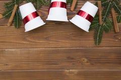 Fondo de la Navidad de madera o del Año Nuevo con las ramas de árbol de abeto Fotografía de archivo