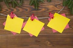 Fondo de la Navidad de madera o del Año Nuevo con las ramas de árbol de abeto Imágenes de archivo libres de regalías