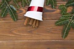 Fondo de la Navidad de madera o del Año Nuevo con las ramas de árbol de abeto Imagen de archivo