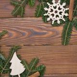 Fondo de la Navidad de madera o del Año Nuevo con un marco hecho de ramas de árbol de abeto Fotografía de archivo libre de regalías