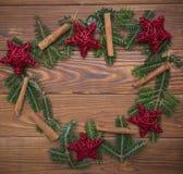 Fondo de la Navidad de madera o del Año Nuevo con una guirnalda de la Navidad Fotografía de archivo