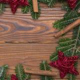 Fondo de la Navidad de madera o del Año Nuevo con una guirnalda de la Navidad Imágenes de archivo libres de regalías
