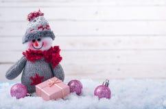 Fondo de la Navidad: muñeco de nieve en la nieve con el espacio de la copia Foto de archivo libre de regalías