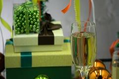Fondo de la Navidad o del Año Nuevo: carro con rojo y juguetes y bolas de cristal del oro, ramas, árboles de navidad, decoracione Imagen de archivo libre de regalías