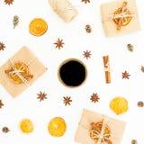 Fondo de la Navidad o del Año Nuevo con la caja de regalo de papel, la taza de café, el anís y la naranja secada en el fondo blan Imagenes de archivo