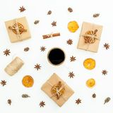 Fondo de la Navidad o del Año Nuevo con la caja de regalo, la taza de café, el anís y la fruta cítrica en el fondo blanco Endecha Imagenes de archivo