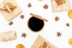 Fondo de la Navidad o del Año Nuevo con la caja de regalo, la taza de café, el anís y la naranja secada en el fondo blanco Endech Imagenes de archivo