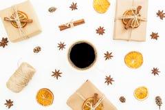 Fondo de la Navidad o del Año Nuevo con la caja de regalo, la taza de café y la naranja secada en el fondo blanco Endecha plana,  Fotos de archivo